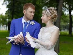 para młoda trzymająca gołębie